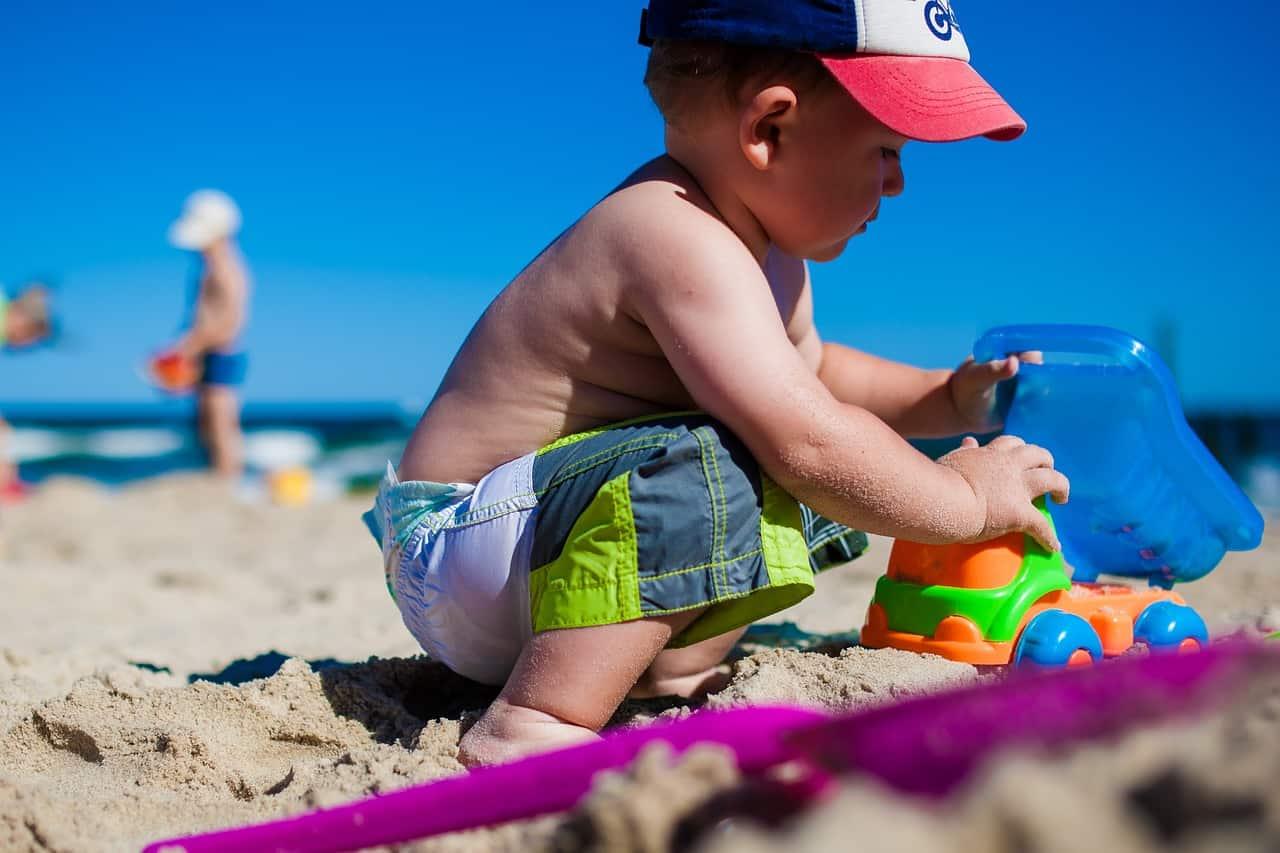 ילד משחק בים
