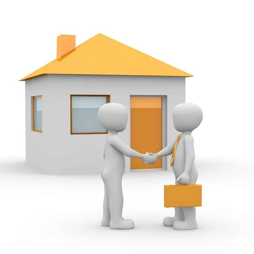 בית ושני אנשים לוחצים ידיים