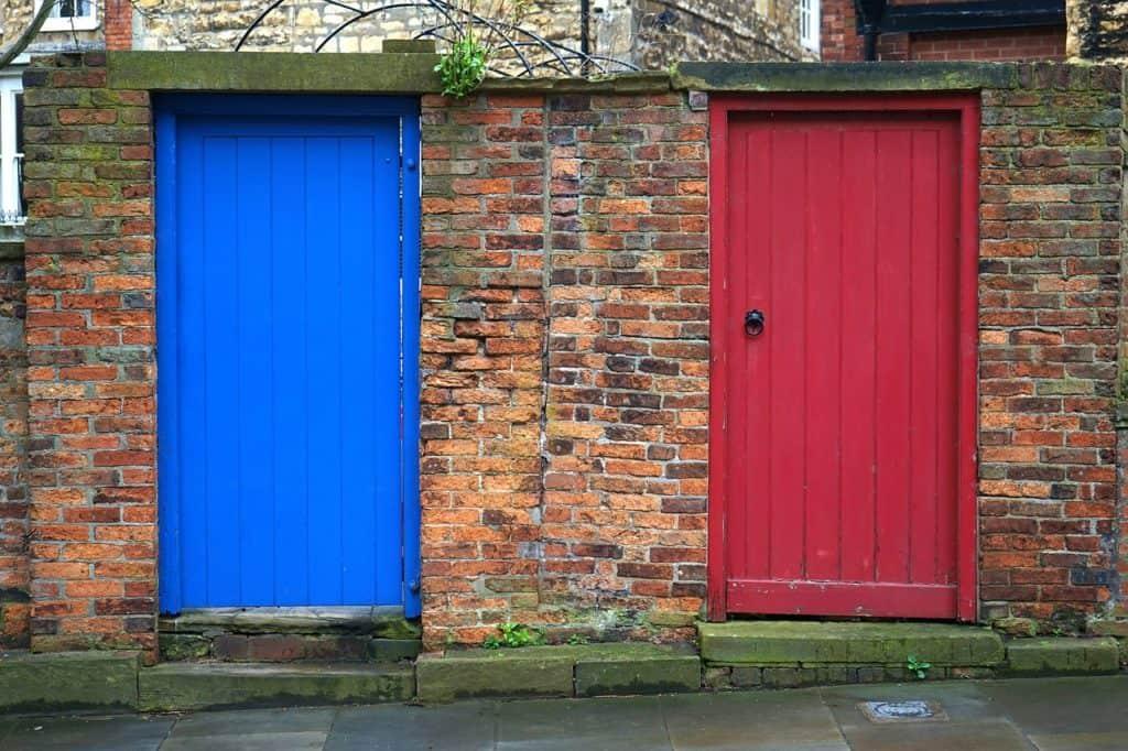 2 דלתות - אחת כחולה ואחת אדומה